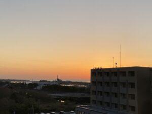 おはようございます今日はいい天気で、日の出見えるかなと思ったら、あれ隣りの建物の影から…