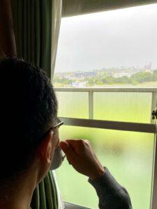 淡路島は夜半から風雨が強かったです️。今は雨は上がっています。そんな日は、窓越しに雨の景…