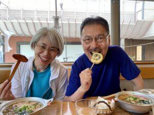 こんばんは四国横断し、松山へお昼に、鍋焼きうどんと、「もみじ饅頭天ぷら」同様、「一六…