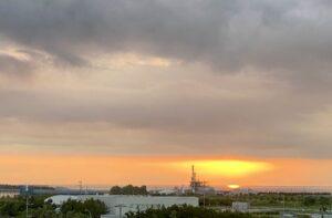 おはようございます今日の朝日ですが、不思議な状況でした日の出時間は、雲で覆われており…