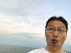 今日は朝方曇っていましたが、とてもいい天気になった淡路島です明日が満月で、後の遠くに月が…