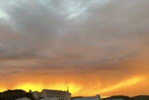 今日の淡路島は、雲が多かったのですが、夕方にいきなり日か差してきて、夕焼けは、真っ赤に燃…