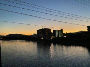 今日も淡路島は晴天で、雲がなく、グラデーションがとても綺麗な夕焼けでした朝方、トンビた…